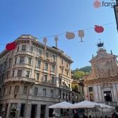 """Da Breo a Piazza Mondovì si veste con le installazioni aeree per """"Peccati di Gola"""" [FOTO]"""
