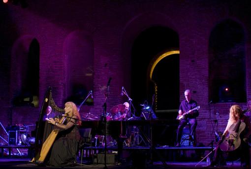 La cantautrice canadese Loreena McKennitt chiude il ricco calendario di concerti dell'Anima Festival di Cervere