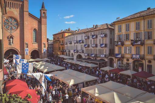Piazza del Duomo affollata di turisti durante una passata edizione della Fiera