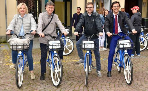 Da sinistra: gli assessori comunali di Alba Rosanna Martini, Claudio Tibaldi e Alberto Gatto con l'ad di Bus Company Enrico Galleano