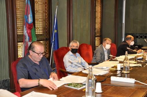 Il sindaco Carlo Bo, tra l'assessore Ferrero e il presidente del Consiglio comunale Boeri, durante la seduta di Consiglio in corso in questi minuti in municipio