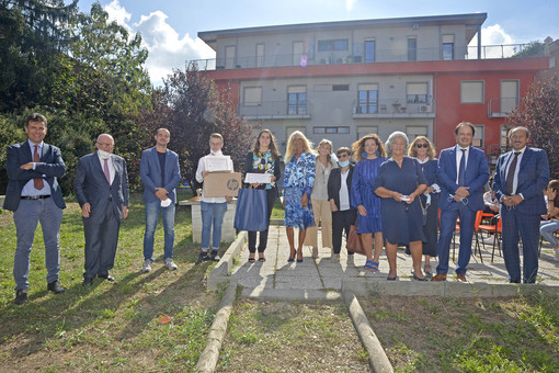 Foto di gruppo dopo la consegna dei riconoscimenti ai due allievi