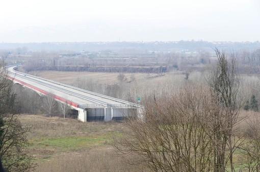 L'Asti-Cuneo interrotta nei campi di Cherasco