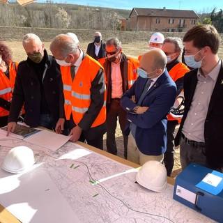Un'immagine del marzo scorso: la visita del ministro Morelli al cantiere per il completamento dell'A33