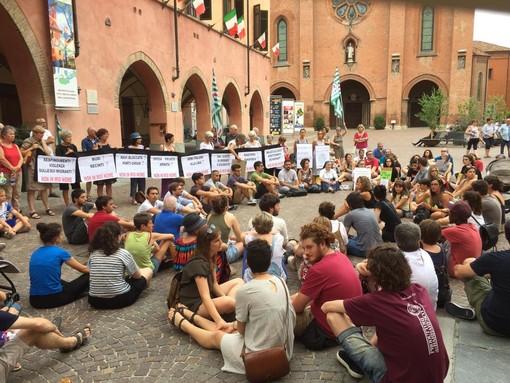 In silenzio per Carola Rackete e contro la politica dei porti chiusi: ad Alba il pacifico sit-in promosso dai giovani di Azione Democratica