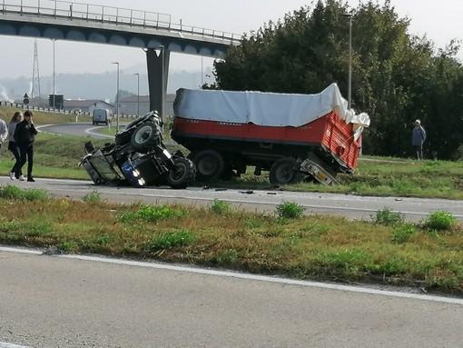 La scena dell'incidente appena avvenuto sulla tangenziale albese