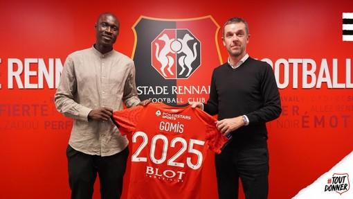 Alfred Gomis è sengalese, ma cresciuto a Cuneo. Il momento della firma del contratto da 5 anni (Foto tratta dal sito www.staderennais.com)