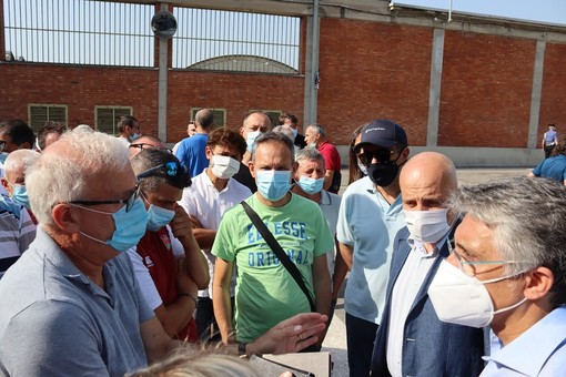 Il sindaco Bo a colloquio con lavoratori e sindacati durante la protesta di venerdì scorso ai cancelli della Miroglio di Alba