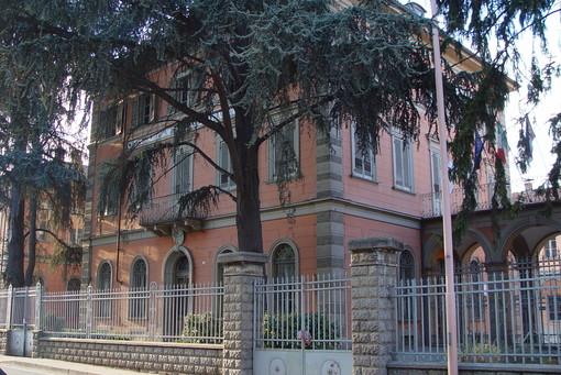 La facciata dell'Umberto I di Alba (foto archivio Centro Studi Beppe Fenoglio)