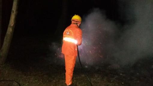 Aib e Vigili del fuoco al lavoro a Sanfront per un piccolo focolaio di sterpaglie: rimane altissima l'allerta per il rischio di incendi boschivi