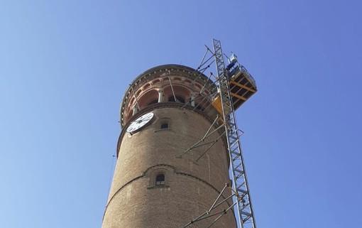 L'ascensore montacarichi installato oggi sul campanile del Santuario