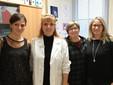 Le mamme Danila (seconda da destra), Sara e Mara con la dott.ssa Alessandra Renieri, responsabile del Dipartimento di Genetica Medica del Policlinico di Siena