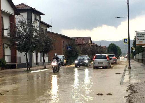 Corso Cortemilia allagato dalla pioggia nella serata di ieri, domenica 14 luglio