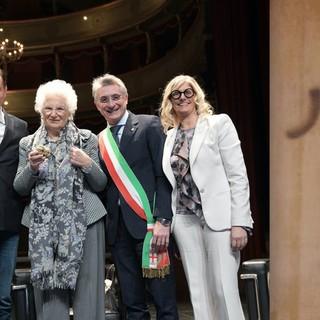 Alba: la consegna del riconoscimento a Liliana Segre (foto di Mauro Gallo). Mondovì: le scritte antisemite sulla porta della casa abitata dal figlio di Lidia Rolfi (foto tratta dal profilo Facebook di Aldo Rolfi)