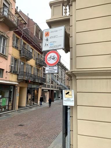Il cartello che all'imbocco della via indica il nuovo divieto