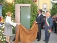 Maria Franca Fissolo Ferrero e il figlio Giovanni scoprono la stele intitolata al compianto industriale nella piazza albese a lui dedicata