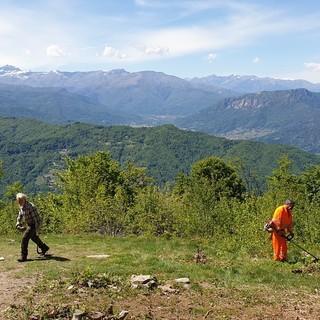 I volontari AIB di Manta, Verzuolo, Rossana, Isasca, Brossasco e Sampeyre  impegnati nella pulizia dei sentieri