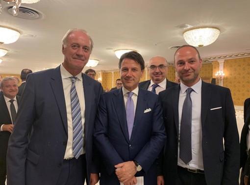 In primo piano: a partire da sinistra il presidente Asprofrut Sacchetto, il premier Conte e il vicepresidente Asprofrut Ribotta