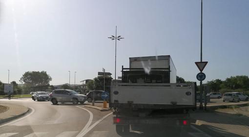 La rotatoria di snodo tra corso Asti e l'accesso Est della tangenziale, stamattina regolata dai vigili