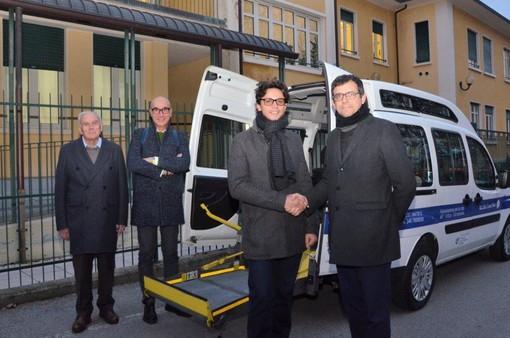 La consegna del mezzo per il trasporto dei disabili