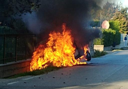 Il Fiat Doblò completamente avvolto dalle fiamme