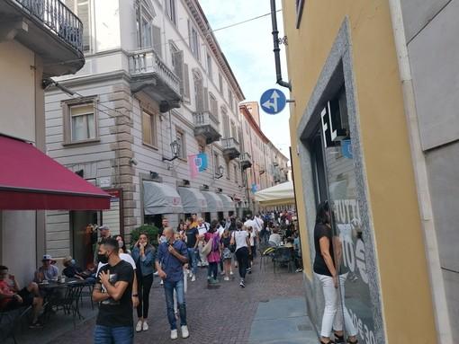 Passeggio in via Maestra ad Alba (archivio)