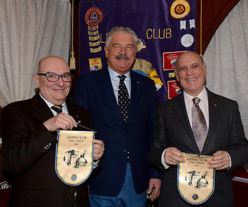 Al centro, il presidente del Lions Carrù-Dogliani, Giorgio Colombo con l'arch. Angelo Ravotti (a sinistra) e Franco Gogna (a destra)