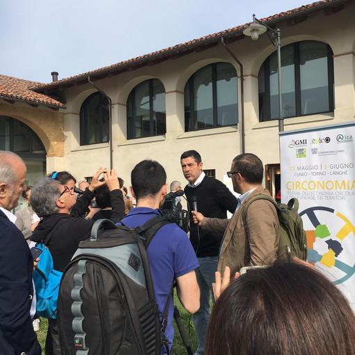 """Circonomia a Pollenzo: Alessandro Gassmann premia i soci della cartiera Pirinoli di Roccavione come """"Green heroes"""""""