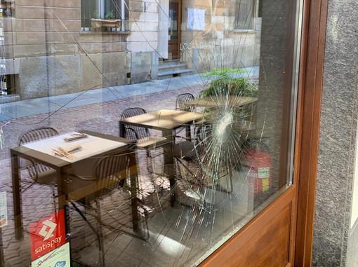 La vetrina antisfondamento del locale, infranta dal lancio di una sedia