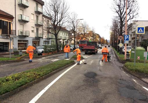 Operai al lavoro per rappezzi sugli asfalti, qui in corso Langhe ad Alba. Una problematica che interessa in modo generalizzato anche l'enorme rete di strade di compentenza provinciale (FOTO MAURO GALLO, ALBA)