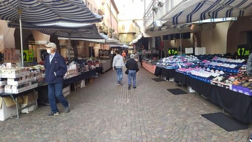Breve parentesi, quella vissuta in settembre col temporaneo ritorno dei banchi non alimentari nelle loro sedi di via Cavour (foto), via Maestra e piazza Duomo