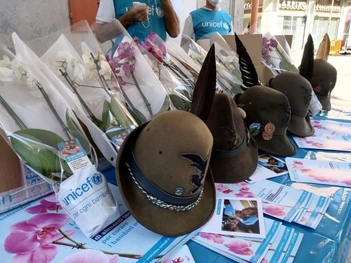 Bra, gli Alpini vendono le orchidee per la raccolti fondi Unicef