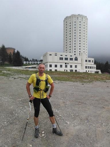 Davide Bartolomeo Bertinetto davanti alla famosa 'Torre Albergo' di Sestriere