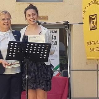 """Consegna di una borsa di studio """"Young Women in Public Affairs"""" , la presidente Anna Maria Gavatorta e la premiata Sabrina Fraire"""