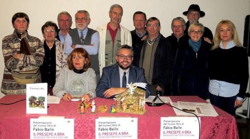 Lo storico e assessore Fabio Bailo coi presepisti intervenuti alla presentazione