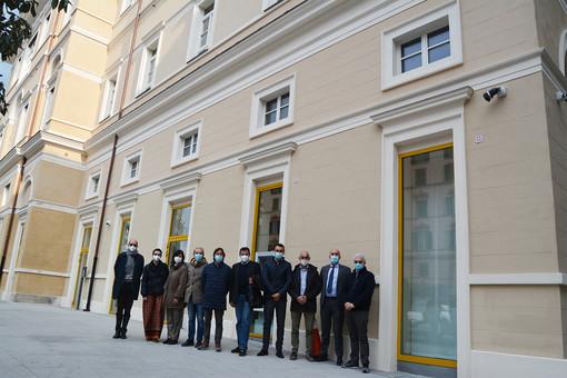 Amministratori della Bcc Pianfei e Rocca de' Baldi e dipendenti della filiale di Savona davanti alla nuova sede dell'istituto di credito