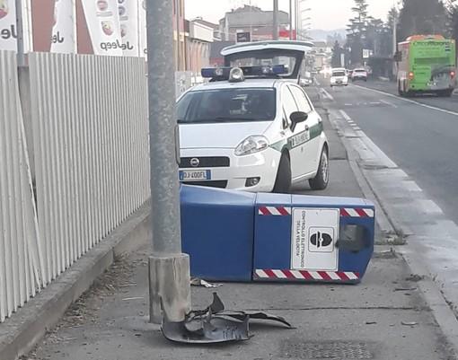 Bra, ignoti abbattono colonnina autovelox in via Cuneo (FOTO)