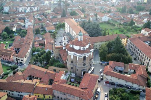 Nella veduta del centro storico braidese il complesso di Santa Chiara
