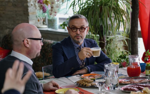 """Un frame della puntata trasmessa ieri sera su Sky Uno: immortalati Bruno Barbieri e, di spalle, Riccardo Moia, direttore dell'hotel """"I Somaschi"""" di Cherasco"""