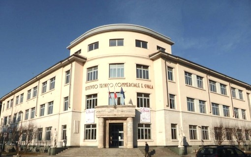 """L'attuale sede dell'Istituto Tecnico """"Guala"""", in piazza Roma, destinata al ritorno della Scuola Media """"Piumati"""""""