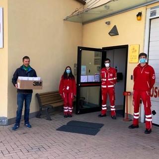 Nella foto la consegna delle mascherine alla locale Croce Rossa
