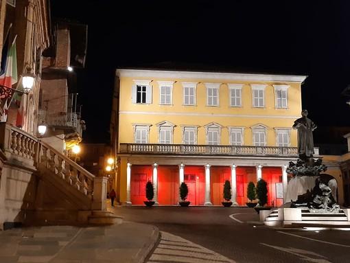 Palazzo Garrone, a Bra, illuminato di rosso per celebrare la Giornata Mondiale della Croce Rossa