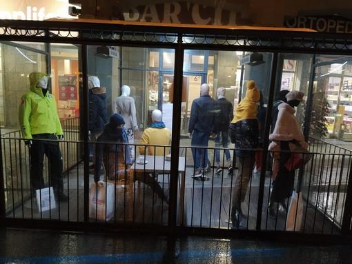 Saluzzo, allestimento di manichini nel bar Cit di piazza Risorgimento