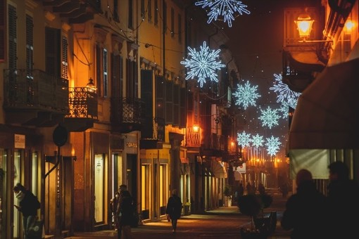 """Bra accende le luci del Natale: """"Un messaggio di speranza per cittadini e commercianti"""""""