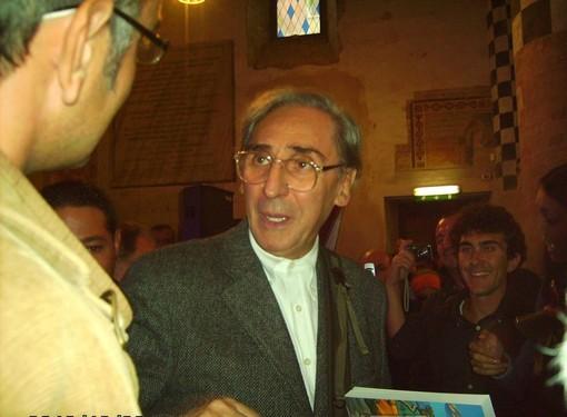 Franco Battiato all'inaugurazione della sua mostra nella chiesa di San Domenico ad Alba (foto Gisella Divino)