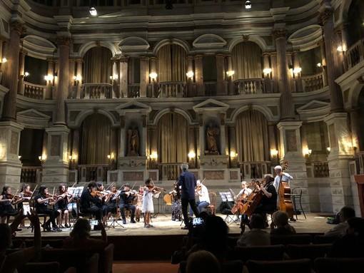 """Beatrice Soccorso, 8 anni, studentessa di violino del """"Ghedini"""", impegnata in un concerto solista presso il teatro Bibiena di Mantova"""