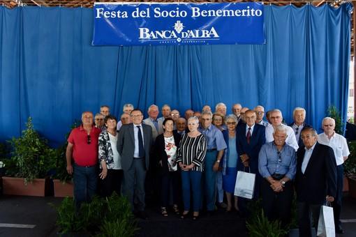 Una parte dei premiati all'annuale festa dei Soci Benemeriti di Banca d'Alba