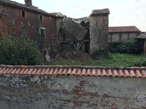 L'edificio parzialmente crollato nel centro storico di Cervere