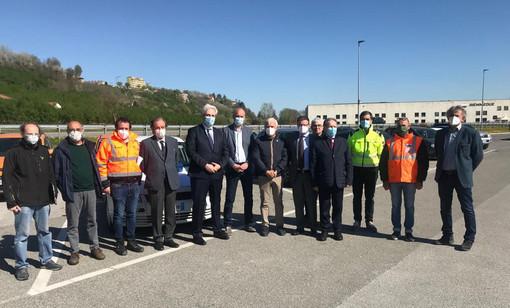 Rappresentanti di Comune, Provincia e ditte riuniti alla consegna dei lavori