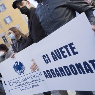 """A Cuneo la protesta dei pubblici esercizi: """"Date certe e strategie per riaprire. Vogliamo solo lavorare"""" (VIDEO)"""